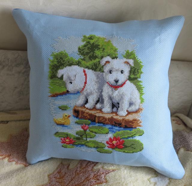 Вышитая подушка Два щенка